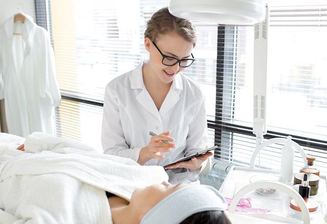Pielęgnacja szyi – rozwiązanie problemu zmarszczek na szyi